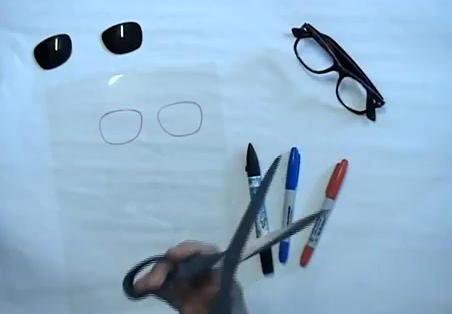 Прилаживаем вынутые стекла к пленке и обрисовываем по контуру маркером.  После чего вырезаем новые линзы.