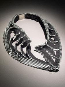 Очень оригинальные украшения из металлических молний делает Kate Cusack.