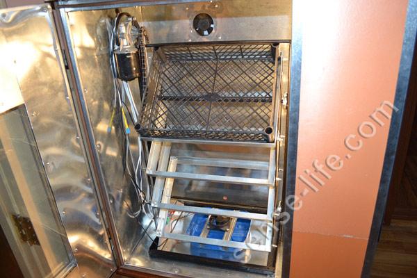 установка механизма автоматического переворота яиц в инкубатор