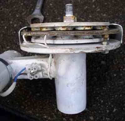 Самодельный ветряк с лопастями из алюминиевой трубы.